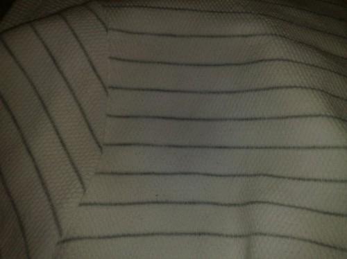 Vit tröja med silvriga ränder